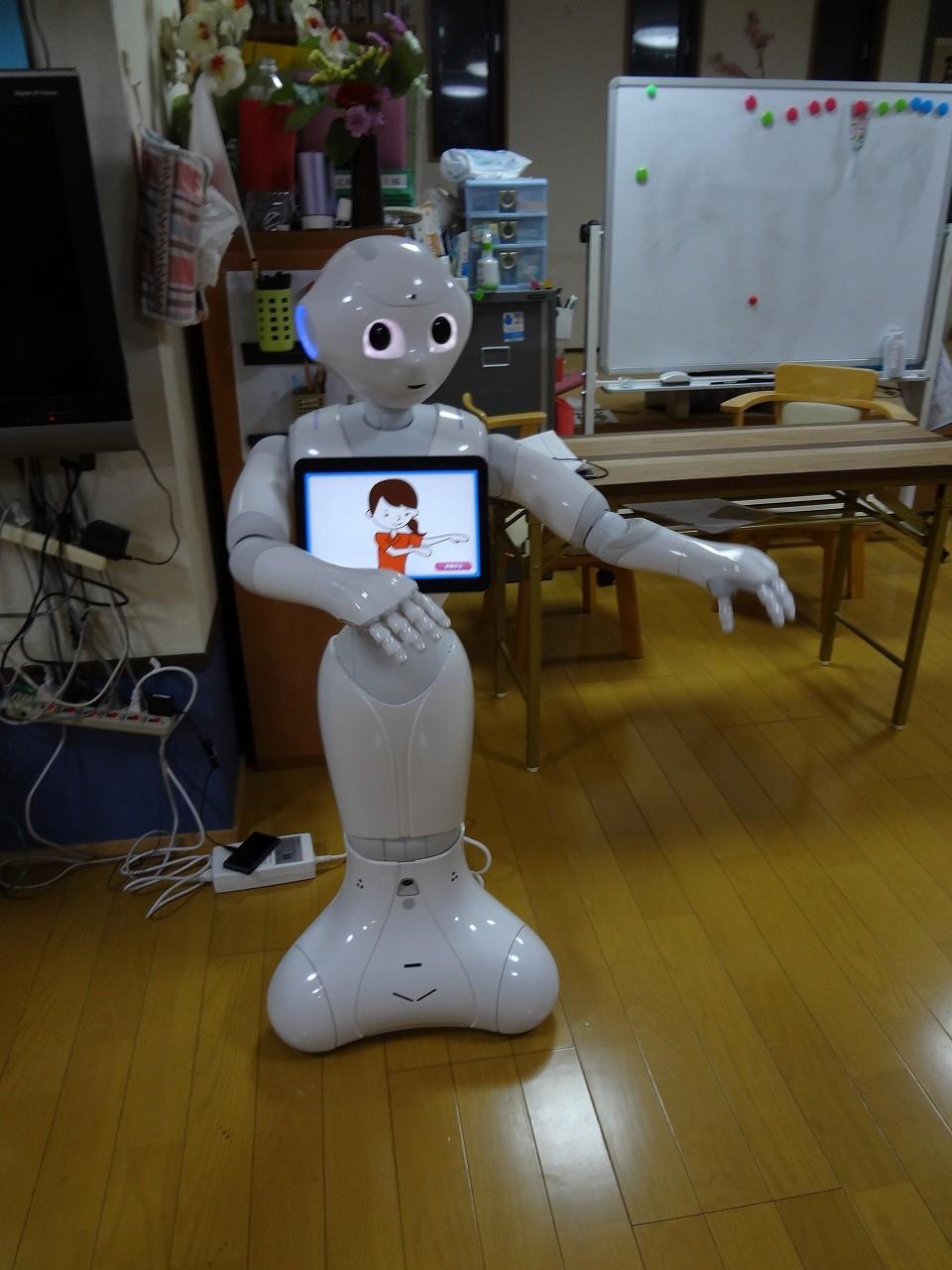 介護ロボットのペッパー君と一緒に体操をしています。