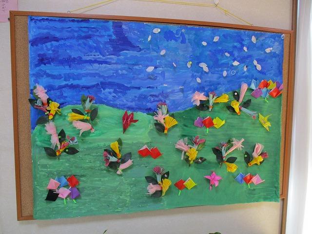 壁画にたくさんの花が咲きました。